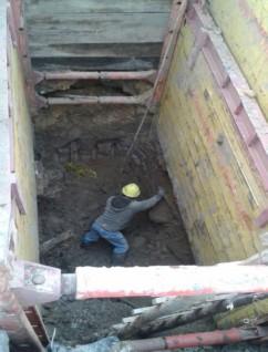 Sistemas de entibados metálicos para excavaciones, contra derrumbes y evitar caída de materiales al interior de las zanjas con trabajadores expuestos.